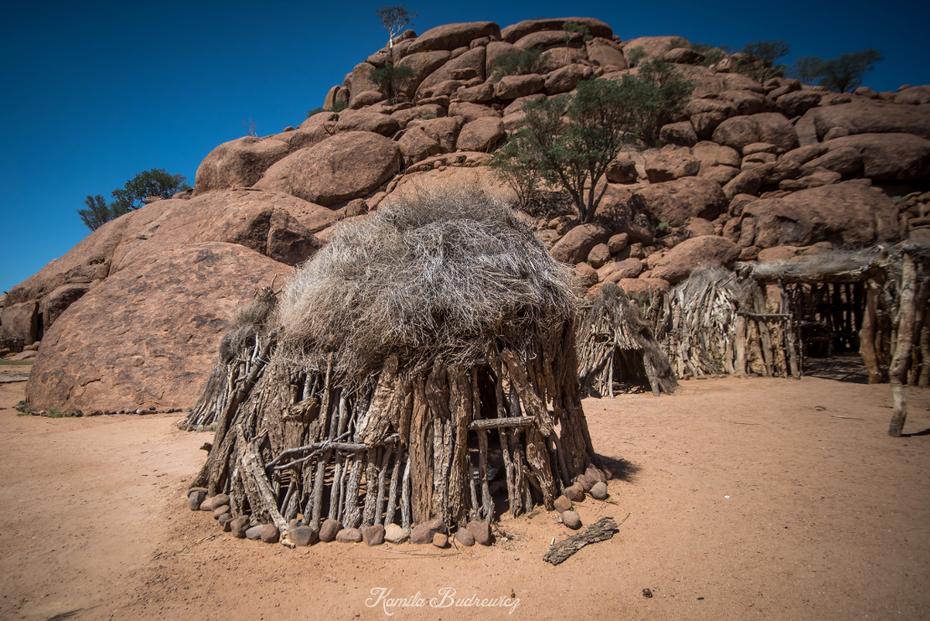 Wioska Damara Namibia 0 nikon d750 Sigma 15-30mm f/3.5-4.5 Aspherical skała niebo drzewo Badlands historyczna Strona tworzenie piasek Strona archeologiczna turystyka Chata