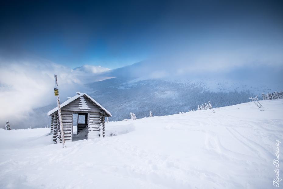 Widok Szrenicy Karkonosze 0 nikon d750 Nikkor 20mm f/1.8 niebo Chmura zimowy śnieg górzyste formy terenu pasmo górskie zamrażanie Góra piste Alpy
