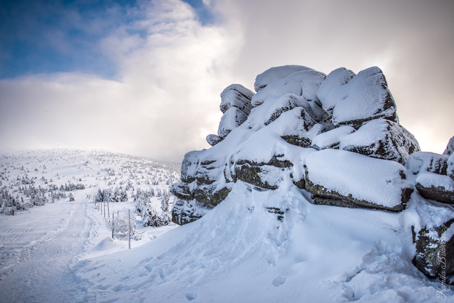 Trzy Świnki Karkonosze 0 nikon d750 Nikkor 20mm f/1.8 śnieg zimowy górzyste formy terenu niebo zamrażanie Góra pasmo górskie drzewo Chmura ranek