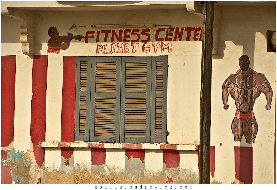 afrykański fitness club Krajobraz/ Klimaty Nikon D700 Zoom-Nikkor 80-200mm f/2.8D Senegal 0 (BBo) Ściana okno drzwi fasada
