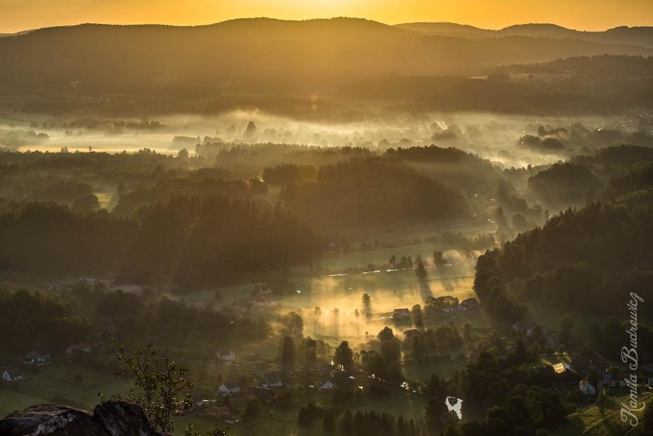Wschód słońca Sokoliku Rudawy Janowickie 0 nikon d750 Nikkor AF-S 70-200 f/4.0G niebo ranek atmosfera świt wschód słońca zamglenie światło słoneczne wieczór krajobraz drzewo
